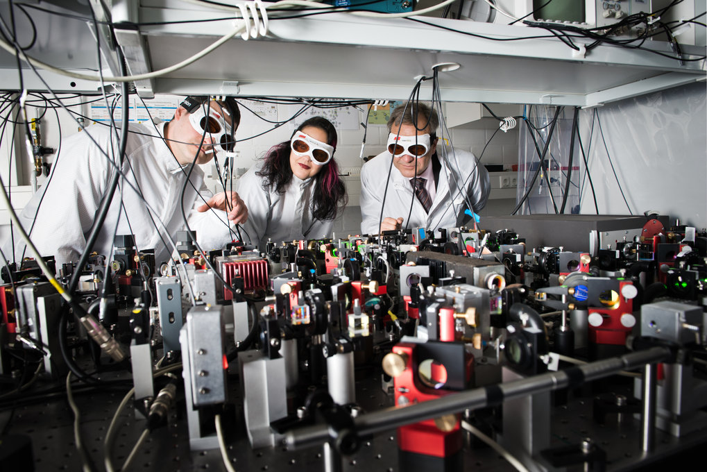 The physicists search with very sensitive detectors for gravitational waves. © Isabel Winarsch für VolkswagenStiftung
